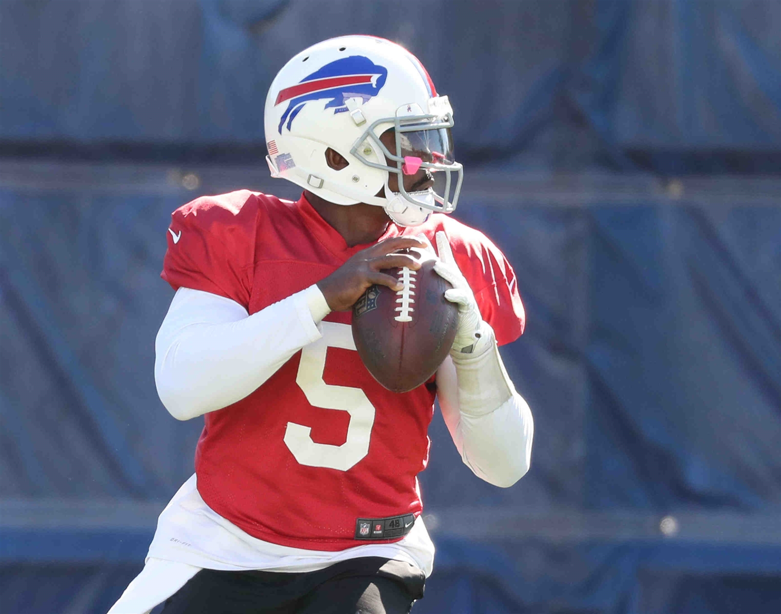 Tyrod Taylor gets set to throw a pass.