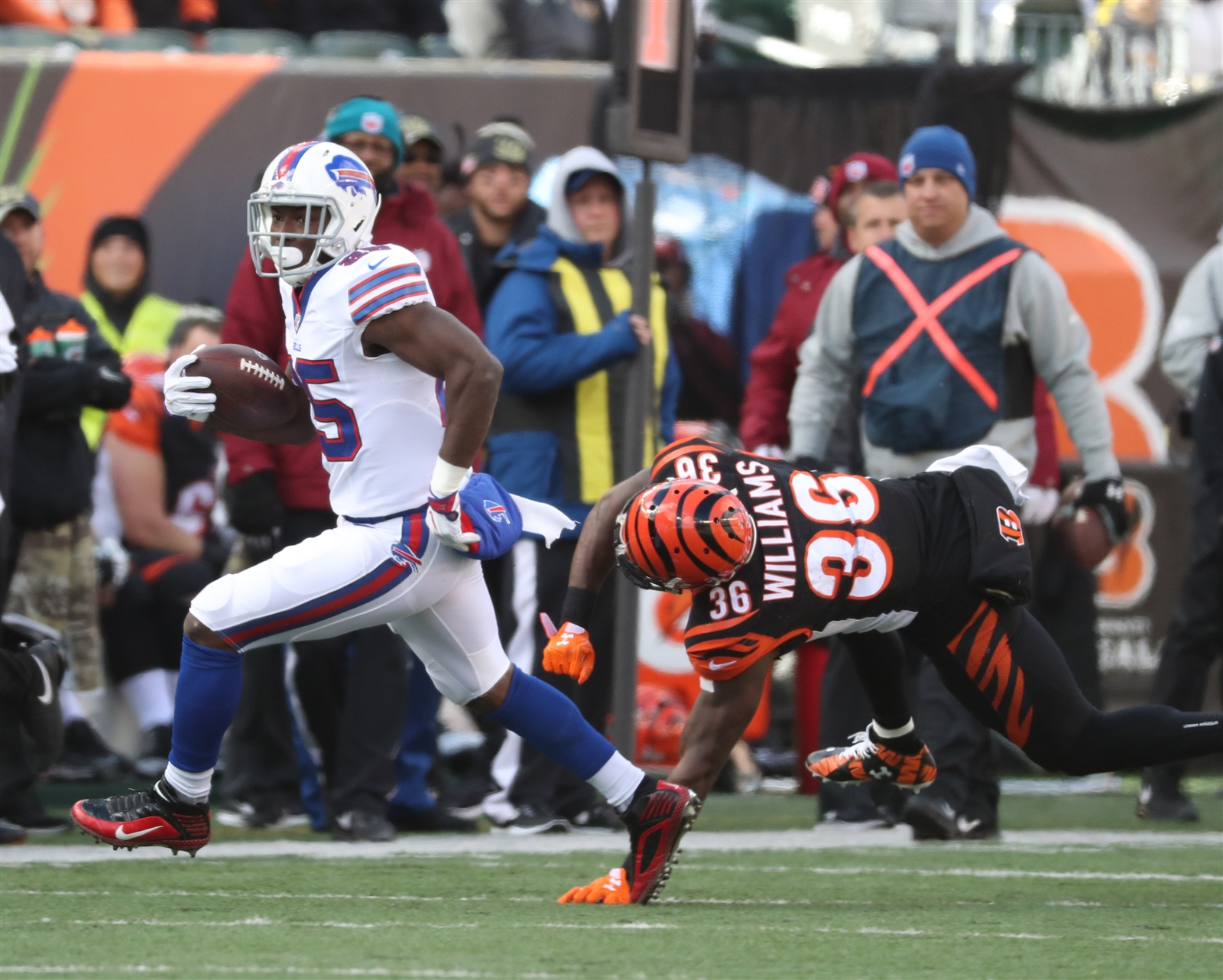 BILLS RUNNING GAME (B+): LeSean McCoy looked like the MVP candidate of the first six weeks early, gaining 33 yards on five carries before getting hurt. The good news is the running game didnu2019t miss a beat with him out. No. 2 running back Mike Gillislee gained 72 yards on 14 carries, part of 183 yards on 34 team carries. The big problem for the run game was near the goal line. On three runs from inside the 5-yard line, the Bills were stopped, and a holding penalty on guard Richie Incognito negated a 3-yard touchdown run by Tyrod Taylor on another play.