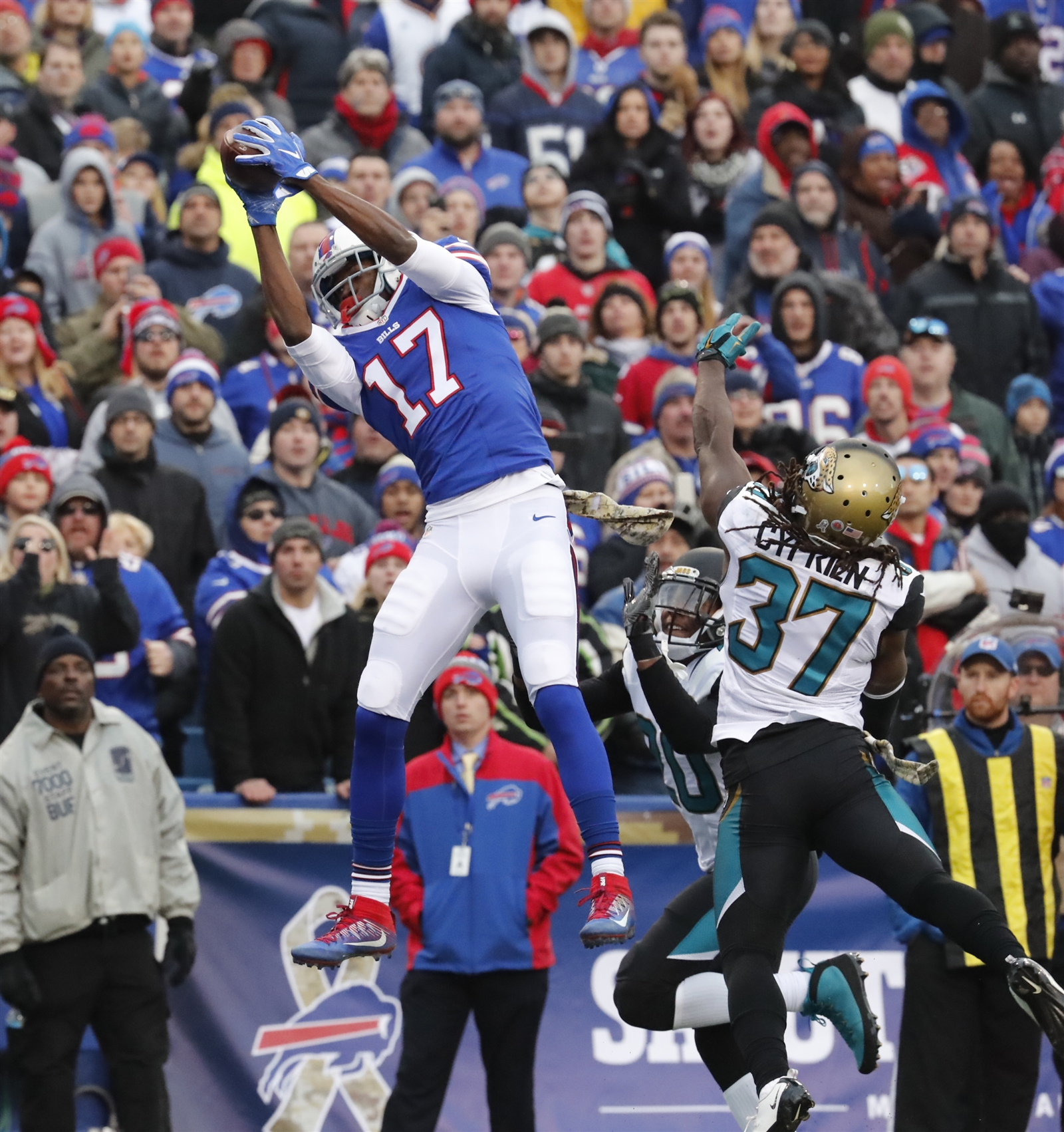 1. Going Vertical. Tyrod Taylor put his pass up high on the 16-yard TD strike to Justin Hunter with 10:46 left in the game. The Bills created a matchup advantage by using an empty backfield and five receivers on the second-and-11 play. The 6-foot-4 Hunter was in the right slot with LeSean McCoy lined up to the far right. That put 6-foot safety Johnathan Cyprien one on one with Hunter, who ran a corner route.