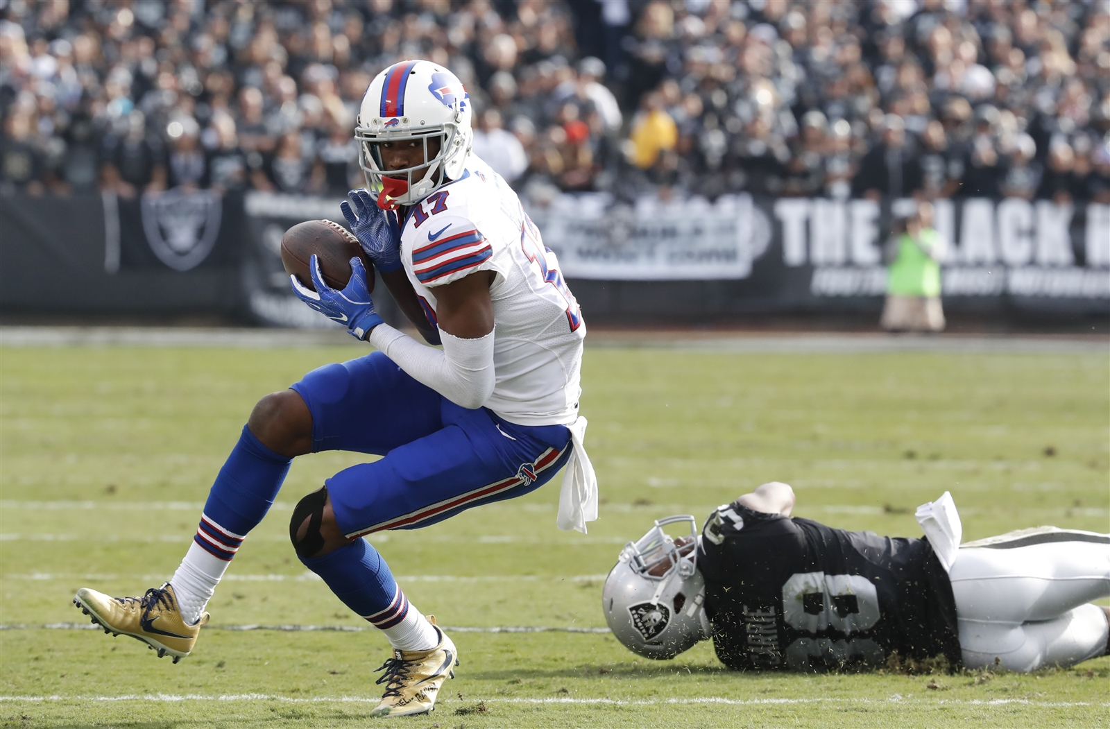BILLS PASSING GAME (F): Itu2019s a problem when McCoy is the teamu2019s leading receiver, as he was with seven catches for 61 yards. Buffalou2019s longest completion was a 22-yarder to Justin Hunter that served as his only catch. Tyrod Taylor has now gone three straight games throwing for less than 200 yards. He and Sammy Watkins clearly werenu2019t on the same page on at least a couple occasions Sunday. The injuries at wide receiver certainly donu2019t help, but that excuse is getting old. General Manager Doug Whaley can share some of the blame for mismanaging the position if the players on the field canu2019t get it done.