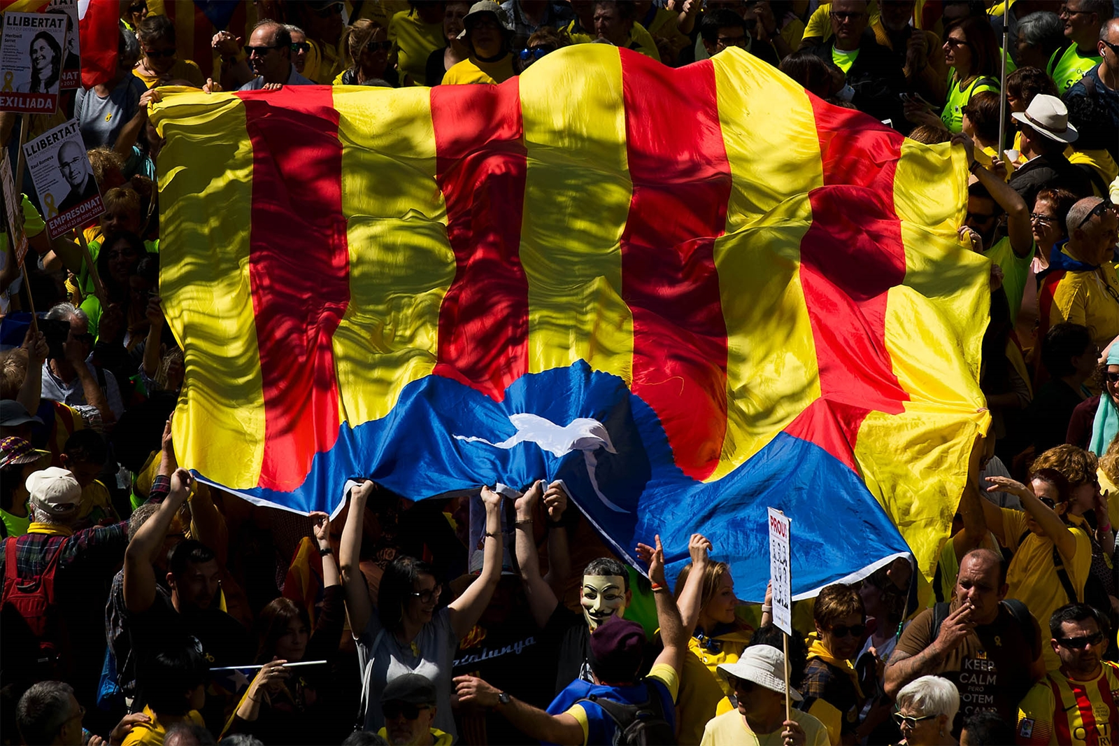 April 15, 2018 - Spain: Catalonia Independence supporters march during a demonstration in Barcelona, Spain. Demonstrators marched in support of jailed Catalonian politicians and Pro-Independence social movement leaders.